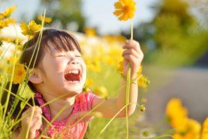 花を見る子ども