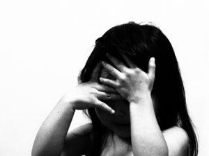 泣いている女の子モノクロ