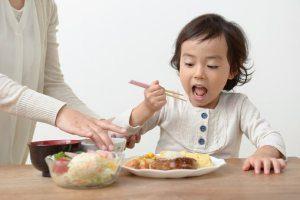 色々なものを食べる子ども