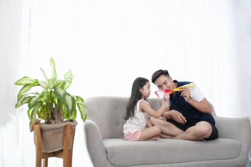 ソファの上で遊ぶ親子