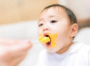 口を開ける赤ちゃん