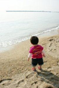 海にいる子ども
