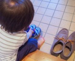 靴を揃える子ども