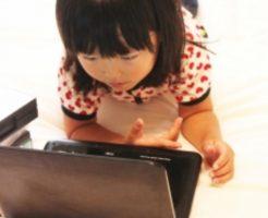 PCを見ている女の子